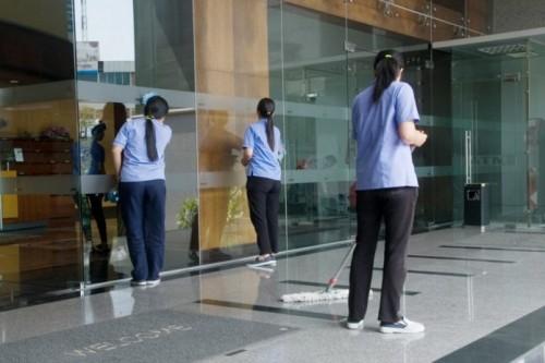 Nhân viên dọn dẹp tòa nhà tại Fukuoka